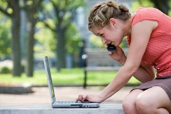 Les Canadiens passent plus de temps que jamais en ligne -environ 17  pour cent...