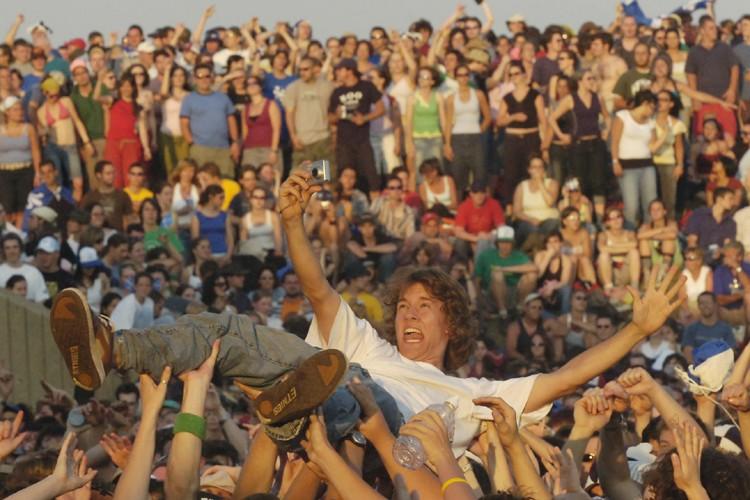 Une séance de crowd surfing pendant une prestation... (Photo: Patrick Sanfaçon, archives La Presse)