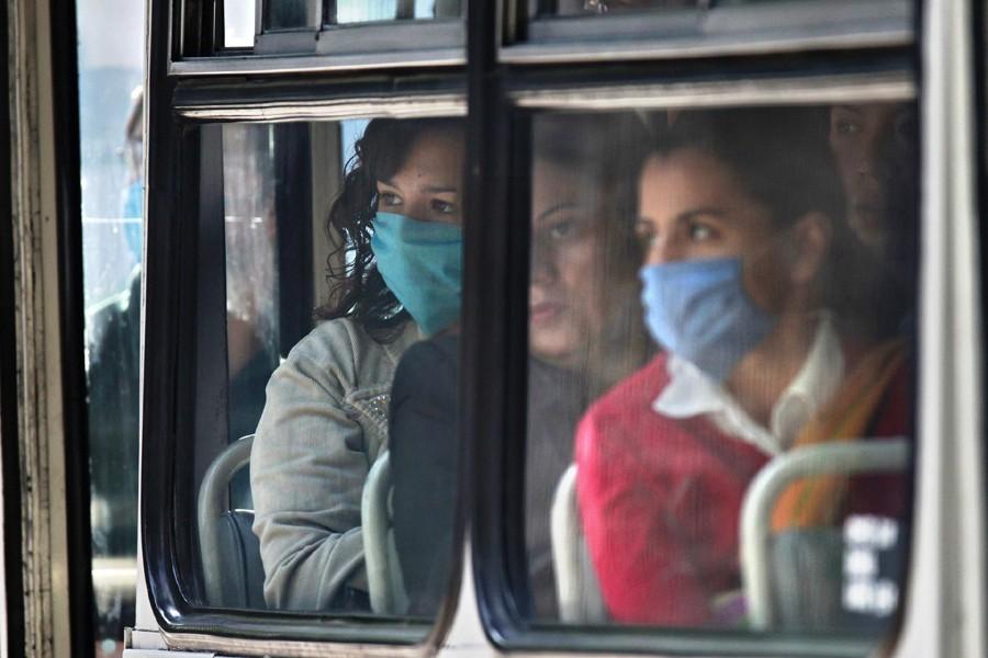 Des femmes portent un masque pour se protéger... (Photo: Archives AP)