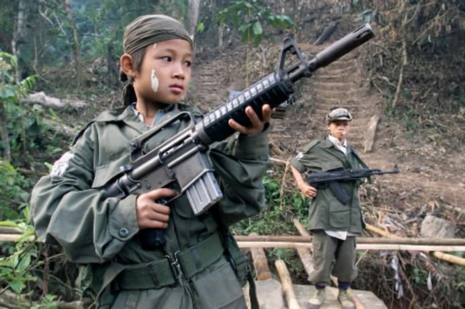 Un enfant soldat photographié en Birmanie en 2004.... (Photo archives AP)