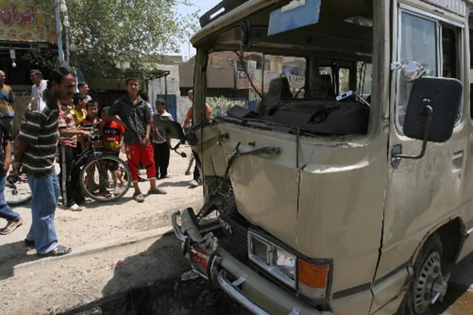 L'explosion d'une bombe près d'un bus à Bagdad... (Photo AP)