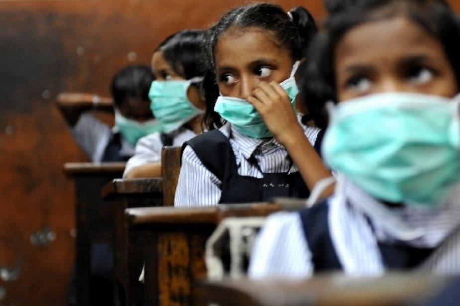Les petits écoliers de l'Inde portent des masques... (Photo: AFP)