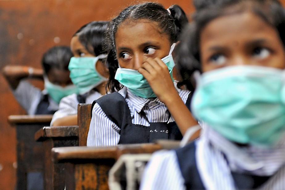 Des masques chirurgicaux ont été distribués aux écoliers... (Photo AFP)