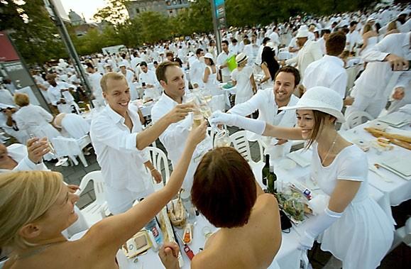 Le chic «Dîner en blanc» a réuni 1200... (Photo: André Pichette, La Presse)