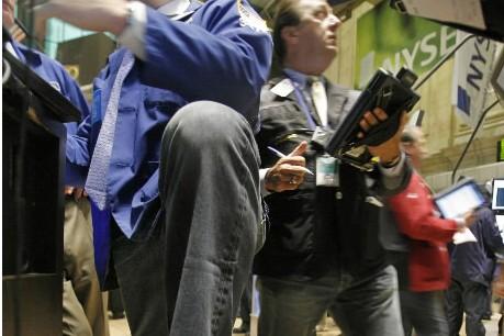 Les courtiers sont en jeans aujourd'hui, vendredi, à... (Photo AP)