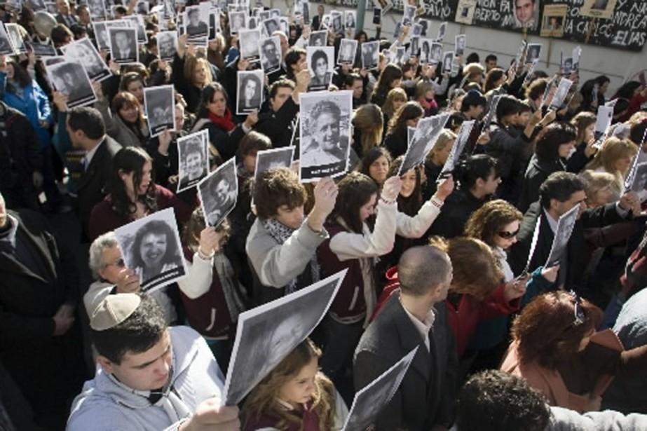 Des centaines de personnes se sont rassemblées à... (Photo Reuters)