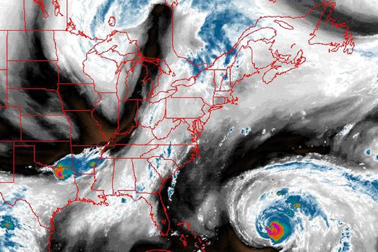 Image satellite montrant l'ouragan Bill qui avance dans... (Photo: AP)