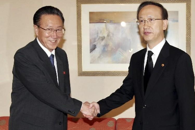 Le ministre sud-coréen de l'Unification, Hyun In-Taek (à... (Photo: Reuters)