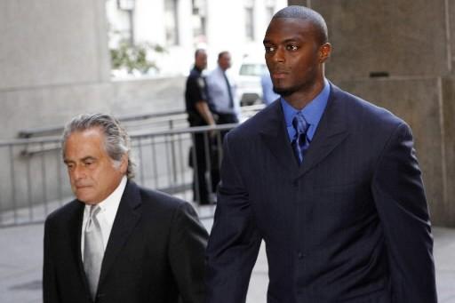 Plaxico Burress arrive au tribunal avec son avocat... (Photo Reuters)