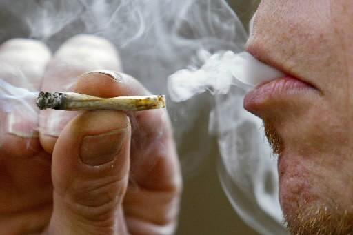 Un homme fume du cannabis... (Photo: PC)
