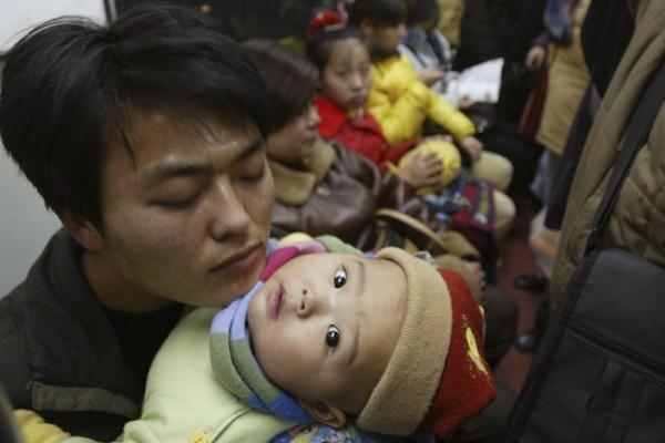 À la naissance de leur deuxième enfant en Chine, des couples... (Photo: Reuters)