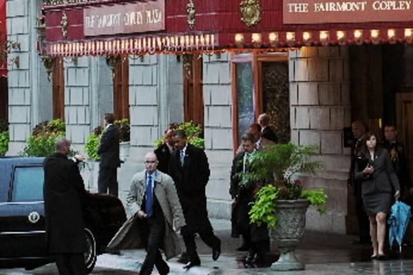 Barack Obama à sa sortie de l'hôtel où... (Photo: AFP)