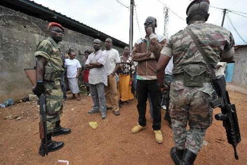 Des gendarmes gabonais surveillent des files d'attente dans... (Photo AFP)