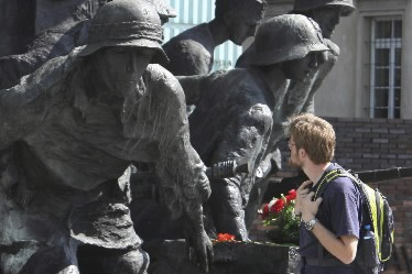 Un touriste examine le monument commémorant la révolte... (Photo AP)