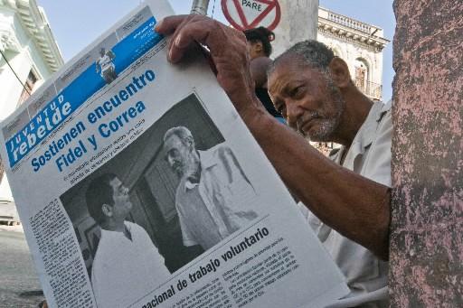Un Cubain lit le quotidien Juventud Rebelde.... (Photo AFP)