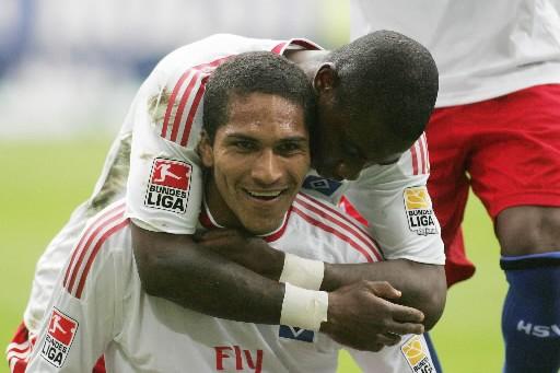 L'attaquant péruvien de Hambourg, Jose Paolo Guerrero, célèbre... (Photo AFP)