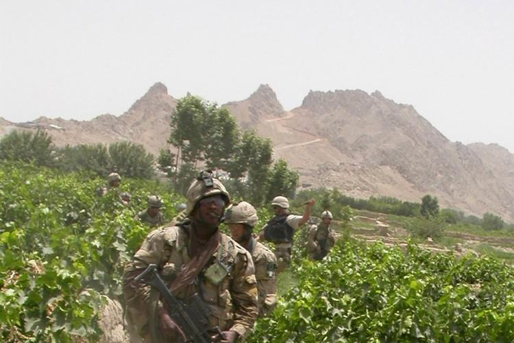 Des soldats de la force internationale patrouillent en... (Photo: AFP)
