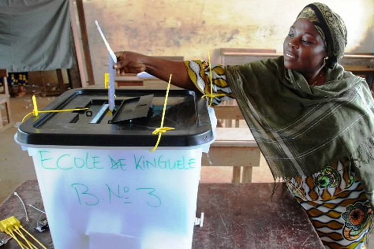 Une Gabonaise dépose son bulletin de vote dans... (Photo: AP)