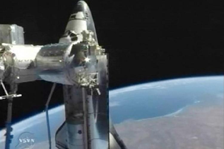 La navette américaine Discovery s'est arrimée dimanche soir... (Photo: Reuters)