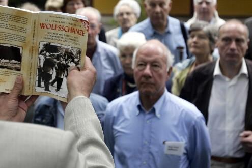 Un guide explique l'histoire du bunker d'Hitler... (Photo: AFP)