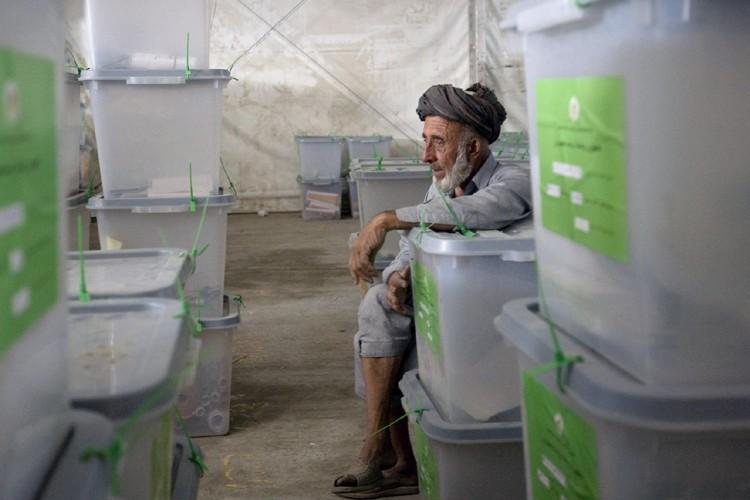 Un employé d'élections surveille les boîtes remplies de... (Photo: AP)