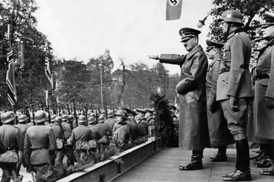 Adolf Hitler salue ses troupes qui paradent à... (Phoro archives Bloomberg)