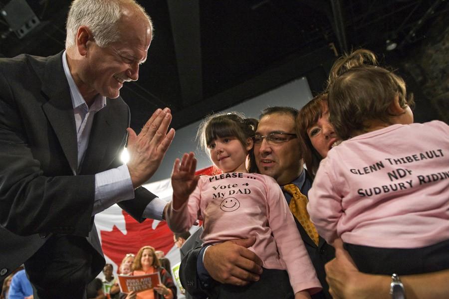 Jack Layton salue le député néo-démocrate de Sudbury,... (Photo: Archives PC)