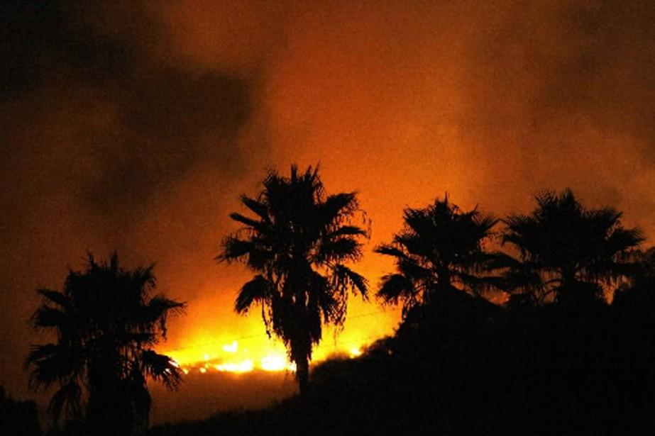 Les flammes ont déjà détruit 53 maisons et... (Photo Reuters)