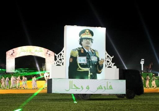 Le dirigeant libyen s'est offert un spectacle à... (Photo AFP)