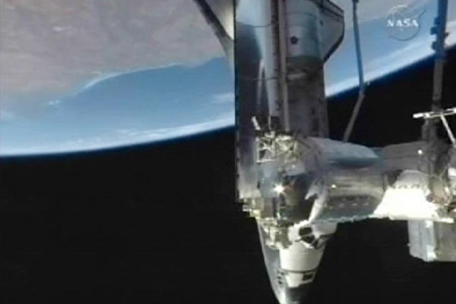 La navette spatiale Discovery arrimée à la Station... (Photo: Reuters)