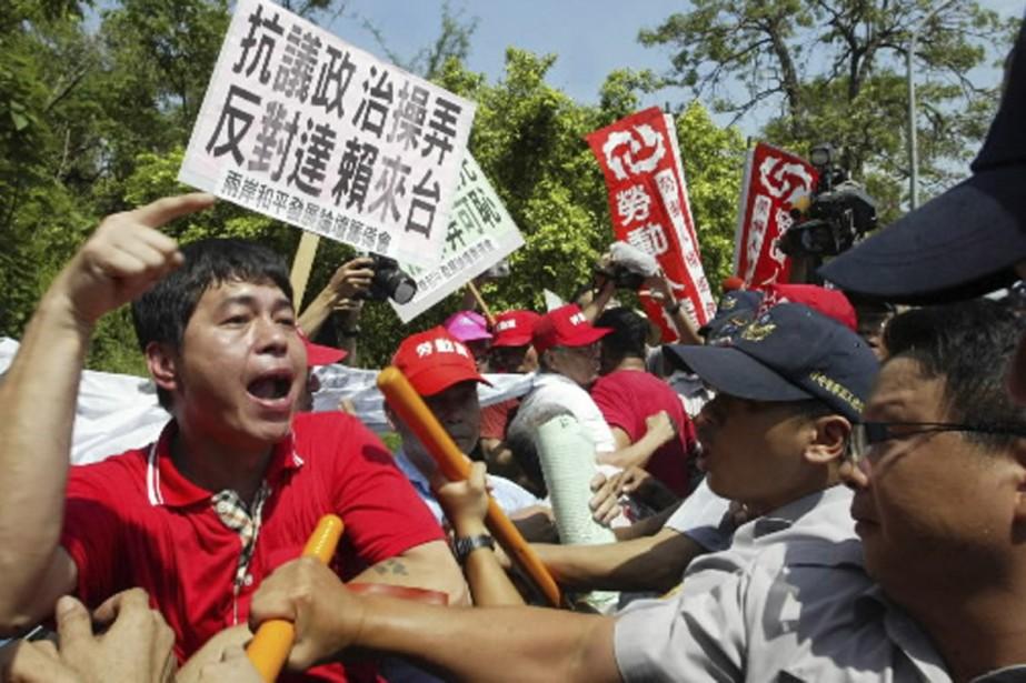 Mardi, des groupes de manifestants, pour la plupart... (Photo Reuters)