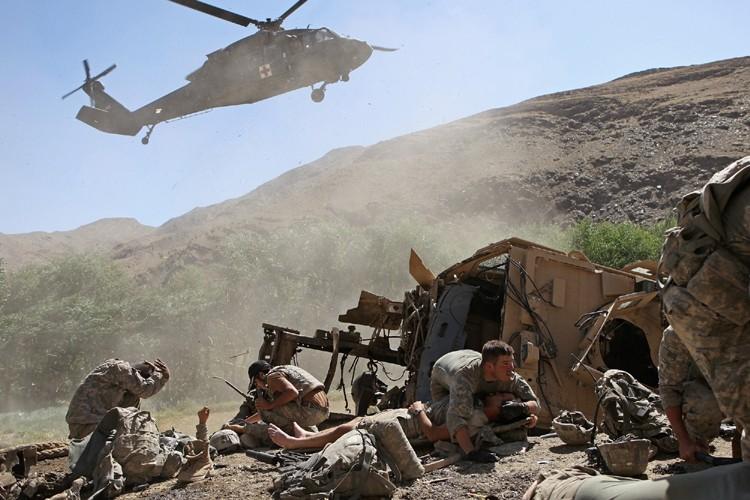 Un hélicoptère de secours approche un groupe de... (Photo: AP)