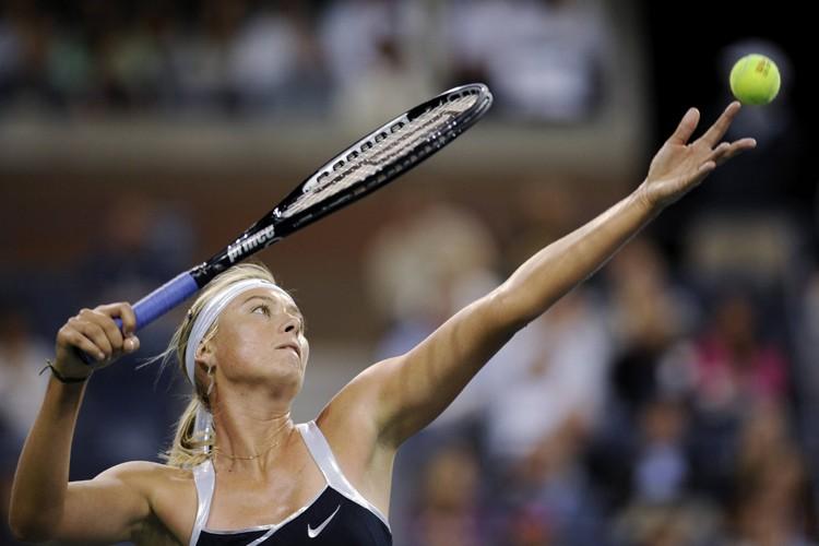 Maria Sharapova au service.... (Photo: Reuters)