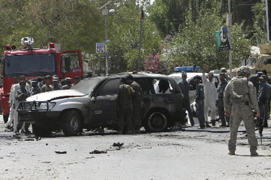 Des Afghans se sont rassemblés pour constater les... (Photo Reuters)