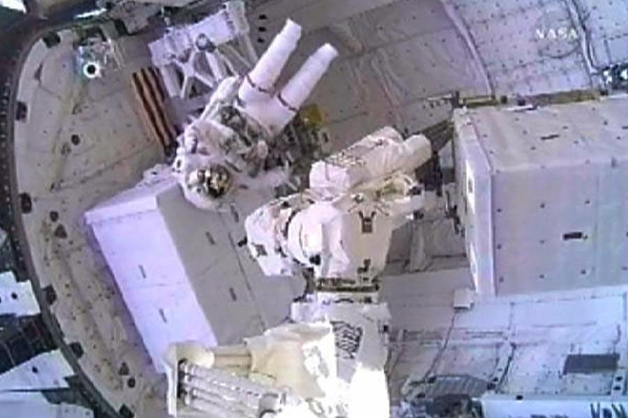 L'astronaute Nicole Stott a effectué une première sortie... (Photo: Reuters)