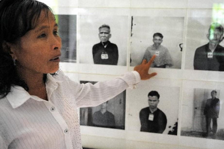 Une survivante des Khmers rouges montre la photo... (Photo AFP)