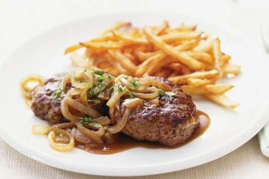 Steaks de Hambourg à l'oignon et au vinaigre... (Photo: Ricardocuisine.com)