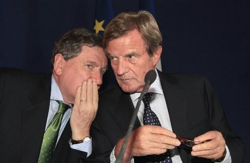 L'envoyé special des États-Unis, Richard Holdbrooke, glisse un... (Photo AFP)