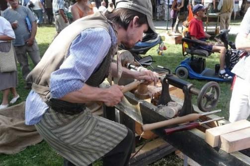 Les métiers de scieur... (Photo: fournie par la corporation Les Vieux métiers)