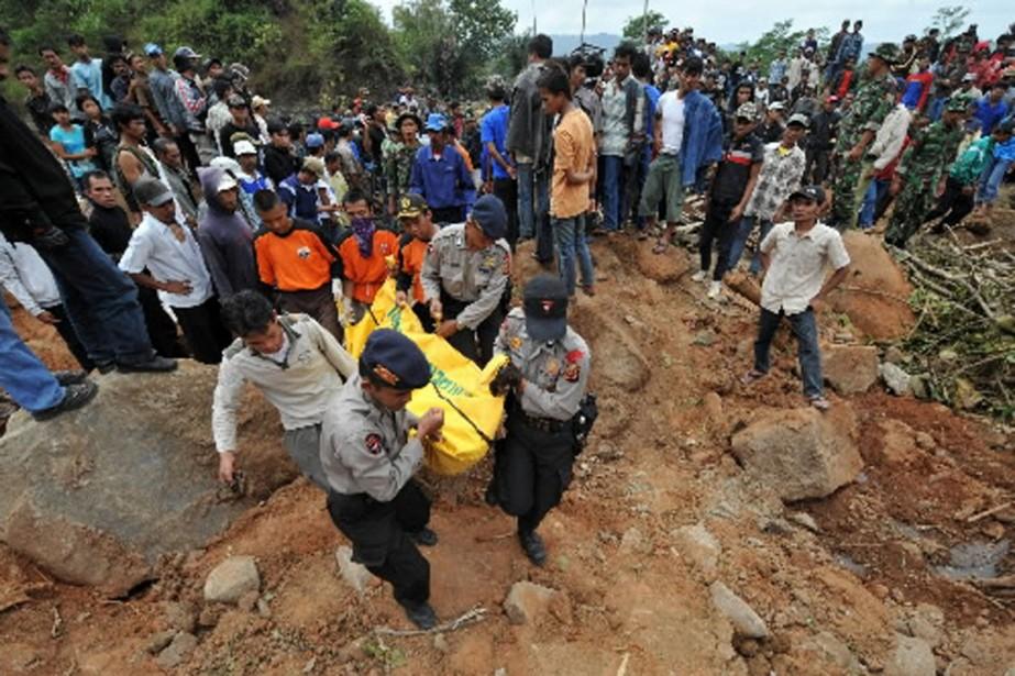 Des sauveteurs transportent la dépouille d'une victime du... (Photo AFP)