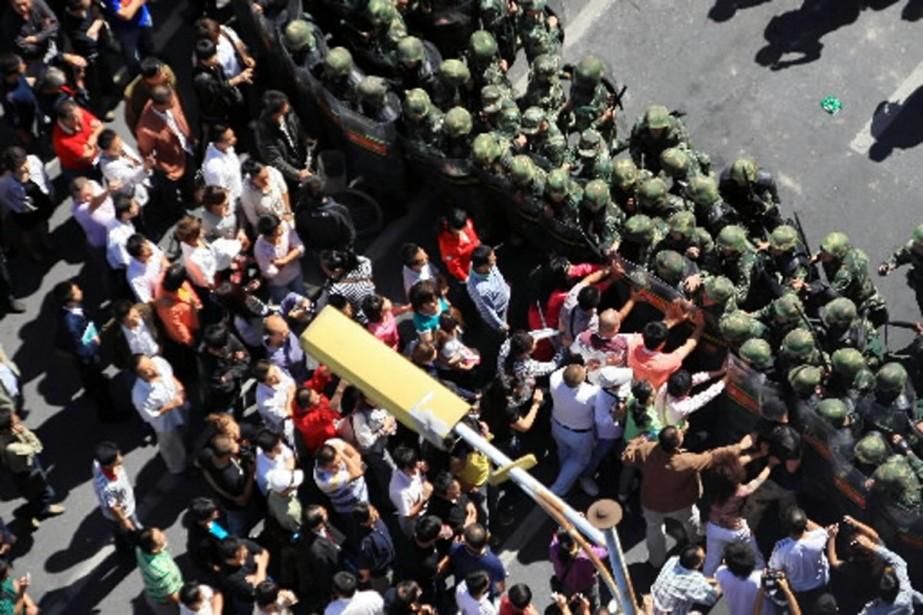 Les manifestants se sont butés à un important... (Photo AFP)