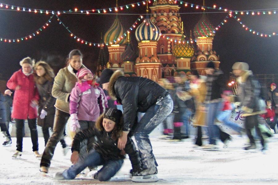 Des Moscovites patinent sur la Place rouge.... (Photo: AFP)