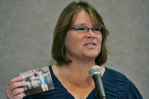 La tante de Jaycee Dugard, Tina Dugard, montre... (Photo AP)
