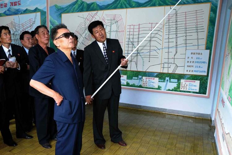 Kim Jong-Il en visite au complexe nucléaire de... (Photo: AFP)