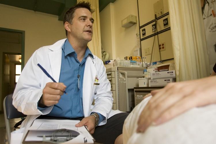 À l'hôpital Notre-Dame du CHUM, le pharmacien Jean... (Photo: David Boily, La Presse)
