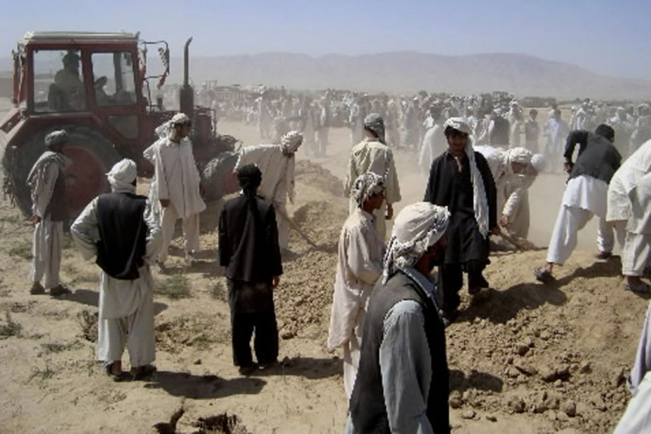 Des villageois afghans ont mis en terre, vendredi... (Photo AP)