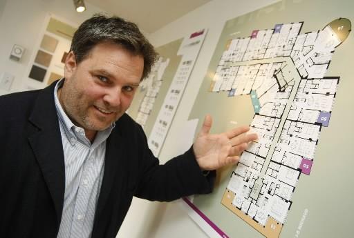 L'architecte Pierre Martin présente les plans des Condos... (Photo: Laetitia Deconinck)