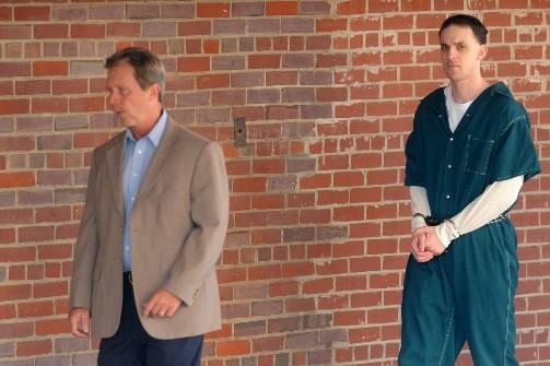 Steven Dale Green se fait escorter par des... (Photo AP)