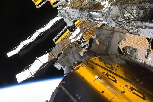 Des astronautes effectuent des travaux sur la SSI.... (Photo AFP)