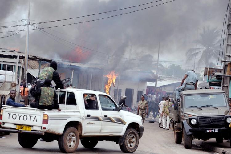 D'importants troubles se poursuivaient à Port-Gentil vendredi, l'armée... (Photo: AFP)